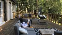 <p>Area tersebut juga dilengkapi dengan aneka kursi malas. Anggun biasa menghabiskan waktu dengan membaca buku di tempat tersebut. (Foto: Instagram @anggun_cipta)</p>