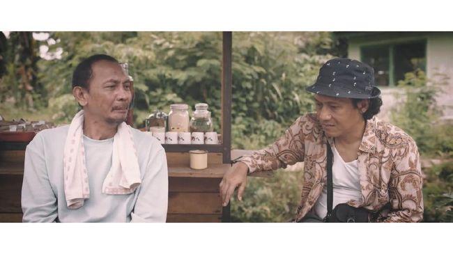 Film pendek ini mengisahkan kegelisahan pria yang khawatir salatnya tak diterima. Anda bisa nonton Doa Suto di Rumah Digital Indonesia selama bulan kemerdekaan.