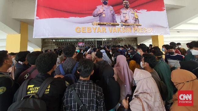 Warga disebut antusias mengikuti vaksinasi massal Covid di Medan, Sumut. Mereka bahkan rela membeli formulir vaksinasi Rp5.000 dari warga lain yang menjualnya.