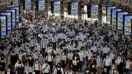 FOTO: Penuh Sesak Stasiun KA Tokyo di Tengah Lonjakan Covid