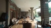 <p>Di halaman belakang, keluarga Alshad Ahmad biasa bersantai di sofa-sofa besar sambil menikmati pemandangan. Alshad Ahmad memiliki kebun binatang mini di halaman rumahnya, Bunda. (Foto: YouTube AH)</p>