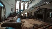 <p>Ruang tamu rumah Alshad Ahmad tampak sangat megah dengan tangga beraksen melingkar. Ruangan itu menjadi tempat berkumpulnya keluarga Alshad Ahmad di momen spesial. Arsitektur dan dekorasi rumah tersebut didesain sendiri oleh sang ayah lho. (Foto: YouTube AH)</p>