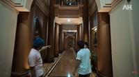 <p>Rumah keluarga Alshad Ahmad sangat luas dan memiliki interior khas Timur Tengah. Banyak koridor seperti di film Bolywood yang menghubungkan ruangan di rumah tersebut. Ketika pertama kali pindah ke Bandung, Alshad sampai jadi perbincangan karena menempati rumah yang sangat besar bak istana. (Foto: YouTube AH)</p>