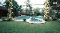 <p>Halaman belakang Alshad Ahmad tampak sangat asri menyerupai habitat alami para satwa. Alshad juga memiliki kolam yang terlihat cantik di halaman rumah. (Foto: YouTube AH)</p>
