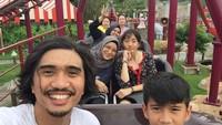 <p>Lihat saja potret kebahagiaan mereka ketika mengunjungi taman bermain. Mereka kompak menaiki wahana yang ada di sana. (Foto: Instagram @shadjo04)</p>