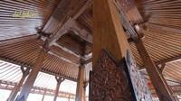 <p>Sokoguru atau tiang penyangga joglo milik Soimah sangat besar dan terbuat dari kayu jati asli, Bunda. Saat dihitung, lebarnya bahkan bisa mencapai 40 sentimeter. (Foto: YouTube deHakims)</p>