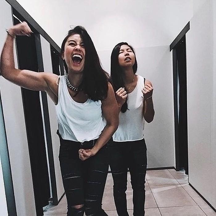 Atlet kebanggaan Indonesia Greysia Polli ternyata sudah lama menjalin persahabatan dengan penyanyi terkenal Agnez Mo. Meskipun berbeda profesi, Agnez Mo dan Greysia Polli tetap berusaha memberikan dukungan ke karir masing-masing. (Foto:Instagram.com/popstrow)