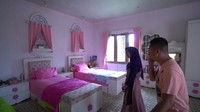 <p>Kesan berbeda terlihat dari kamar anak perempuan Irfan di lantai atas. Kamar ini didesain sesuai keinginan dua putrinya yang suka warna <em>pink</em>. (Foto: YouTube Ricis Official)</p>