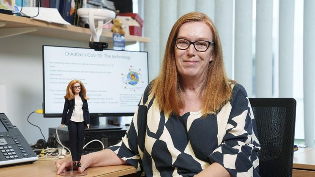 Ilmuwan vaksin Covid-19 AstraZeneca Sarah Gilbert menerima penghargaan berupa boneka Barbie khusus dengan wujud mirip dirinya.