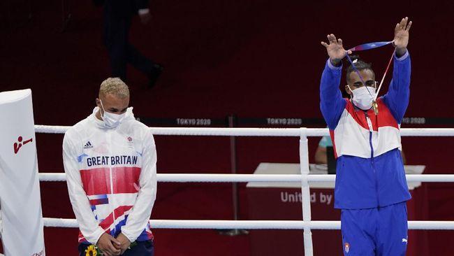 Petinju Inggris, Ben Whittaker, menolak mengalungkan medali perak dalam prosesi podium di Olimpiade Tokyo 2020.