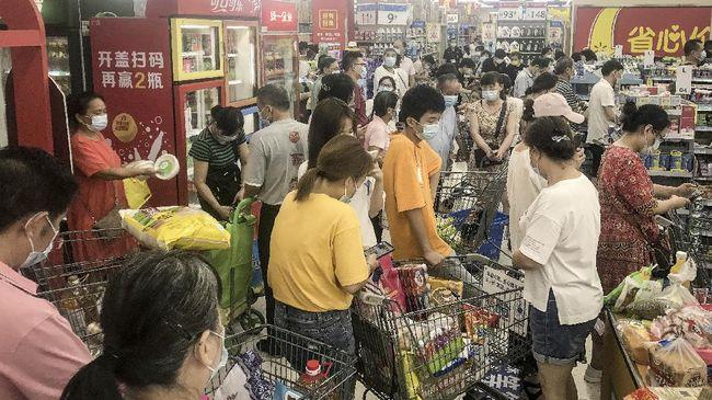 Warga Wuhan, China menyerbu supermarket menyusul kekhawatiran penguncian baru usai ditemukan kembali tujuh kasus Covid-19.