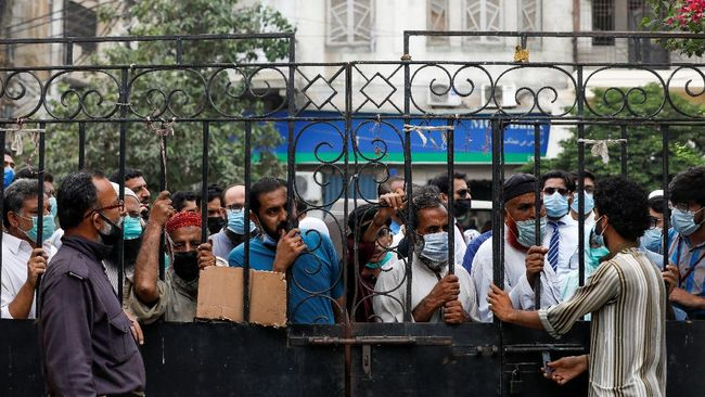 Puluhan ribu warga Pakistan berebut vaksin Covid usai pemerintah mengancam memblokir ponsel orang yang belum imunisasi. Di beberapa titik, antrean sampai 1 km.