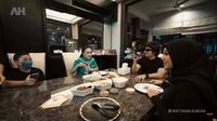 <p>KD juga ikut makan bersama Atta dan Aurel. Di meja yang sama, mereka membagikan cerita ringan dan tertawa bersama. (Foto: YouTube: Atta Halilintar)</p>