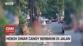 VIDEO: Heboh Dinar Candy Berbikini di Jalan