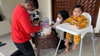 <p>Berulang tahun di tengah pandemi, ulang tahun cucu-cucu Jokowi hanya digelar kecil-kecilan di rumah saja. Meski acaranya sederhana, kedua anak Kahiyang tampil menggemaskan dengan memakai <em>onesie</em> kostum binatang. (Foto: Instagram @ayanggkahiyang).</p>