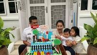 <p>Memiliki anak-anak yang lahir pada tanggal berdekatan, Kahiyang dan Bobby memilih merayakannya secara bersamaan. Lihat keseruan mereka saat tiup lilin, Bunda. (Foto: Instagram @ayanggkahiyang)</p>