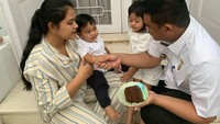<p>Kedua cucu Presiden Joko Widodo itu tampak semakin girang ketika hendak memakan kue yang sudah dipotong. Bobby dan Kahiyang tak lupa memberi ucapan selamat dan mengajak mereka berdoa. (Foto: Instagram @ayanggkahiyang)</p>
