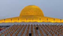 Kuil Megah Berlapis Emas di Thailand yang Mirip UFO