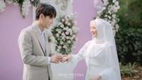 <p>Pernikahan keduanya digelar pada Minggu (1/8/2021), Bunda. Dekorasi pernikahan tampak ceria dengan warna pink pastel dan putih. (Foto: Instagram: @hijazpictura)</p>