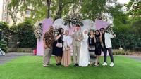 <p>Selain Syakir, pernikahan mereka juga dihadiri oleh para sahabat dekat dan keluarga nih, Bunda. Senyuman pun terukir di wajah keduanya saat sesi foto bersama. Foto: Instagram: @erain.tower</p>