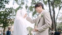 <p>Juli dan Daehoon tampak masih malu-malu nih, Bunda. Meski begitu, kemesraan pun tetap terlihat di hari pertama keduanya mengikat janji suci. (Foto: Instagram: @hijazpictura)</p>