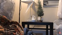 <p>Gisela Cindy mulai mendekorasi dari bagian ruang tamu. Apartemennya terlihat minimalis dengan meja kecil yang dilengkapi ornamen natal. (Foto: YouTube Gisela Cindy)</p>
