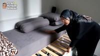 <p>Karena ukuran rumah yang tak begitu besar, Intan Nuraini banyak memakai furnitur custom. Seperti kasur tamu yang juga digunakan sebagai tempat penyimpanan barang. (Foto: YouTube INTAN NURAINI OFFICIAL)</p>