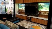 <p>Bagian ruang tamu dan keluarga dirancang dengan interior hangat. Suami Intan Nuraini yang gemar memelihara ikan juga melengkapi ruangan itu dengan dua akuarium cantik. (Foto: YouTube INTAN NURAINI OFFICIAL)</p>