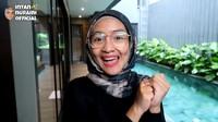 <p>Aktris dan presenter Intan Nuraini kini tinggal di rumah baru bersama suaminya, Donny Azwan Putra. Mereka dan ketiga buah hatinya menikmati kehidupan di rumah baru yang mewah. (Foto: YouTube INTAN NURAINI OFFICIAL)</p>