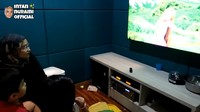 <p>Menariknya lagi, Intan Nuraini memiliki ruang karaoke lho. Ia biasa menghabiskan waktu dengan menyanyi dan menemani anak-anaknya menonton TV. (Foto: YouTube INTAN NURAINI OFFICIAL)</p>