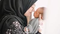<p>Hari demi hari dijalani hingga pada akhirnya Mega Iskanti melahirkan putra pertamanya, Kaelan Muhammad Alsaki, pada bulan Juli. Sang putra yang baru lahir terlihat sangat menggemaskan, Bunda. (Foto: Instagram @megaiskanti)</p>