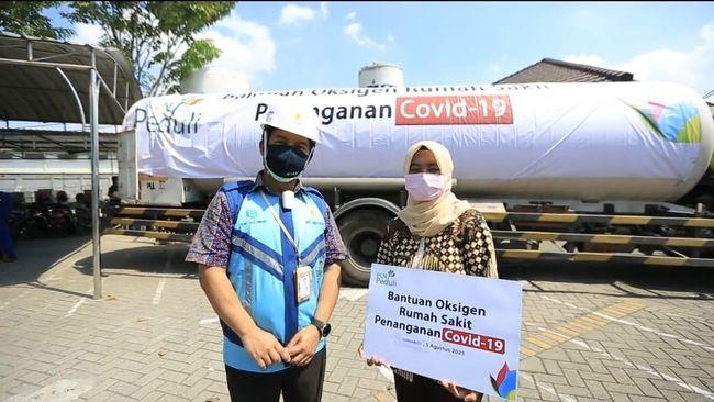 PLN menyalurkan bantuan 12 ton oksigen ke RSPAL Dr. Ramelan dan RSU Anwar Medika Krian, Sidoarjo, Jawa Timur, pada Kamis lalu (5/8).