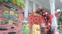 <p>Syahrini dan keluarganya menyulap halaman belakang rumah dengan dekorasi unik untuk pesta ulang tahun Raja dan Ratu yang kini berusia 6 tahun, Bunda. (Foto: YouTube The Princess Syahrini)</p>