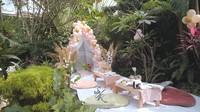 <p>Bagian pojok kebun yang asri disulap menjadi area berkumpul tempat Syahrini dan keluarga menyantap hidangan mewah. Meski piknik di rumah, mereka menghadirkan santapan unik seperti<em> cheese platter</em> hingga <em>cupcake.</em> (Foto: YouTube The Princess Syahrini)</p>