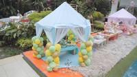 <p>Mengusung tema piknik, tenda-tenda cantik didirikan di samping kolam renang. Mereka menyiapkan dekorasinya sendiri lho. (Foto: YouTube The Princess Syahrini)</p>