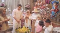 <p>Acara piknik dan pesta ulang tahun ditutup dengan prosesi tumpengan. Semuanya berdoa sambil dipimpin oleh Ibunda Syahrini. (Foto: YouTube The Princess Syahrini)</p>