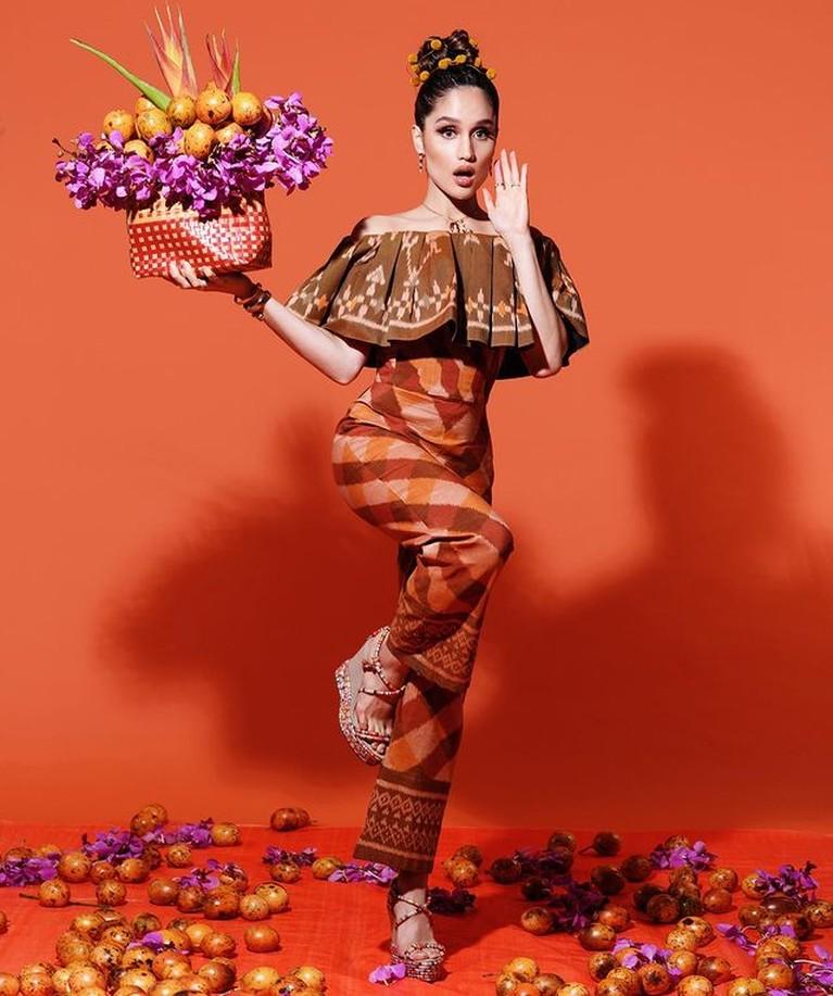 Cinta Laura baru saja melakukan pemotretan dengan tema buah markisa. Ia cantik dan menggemaskan. Yuk intip!