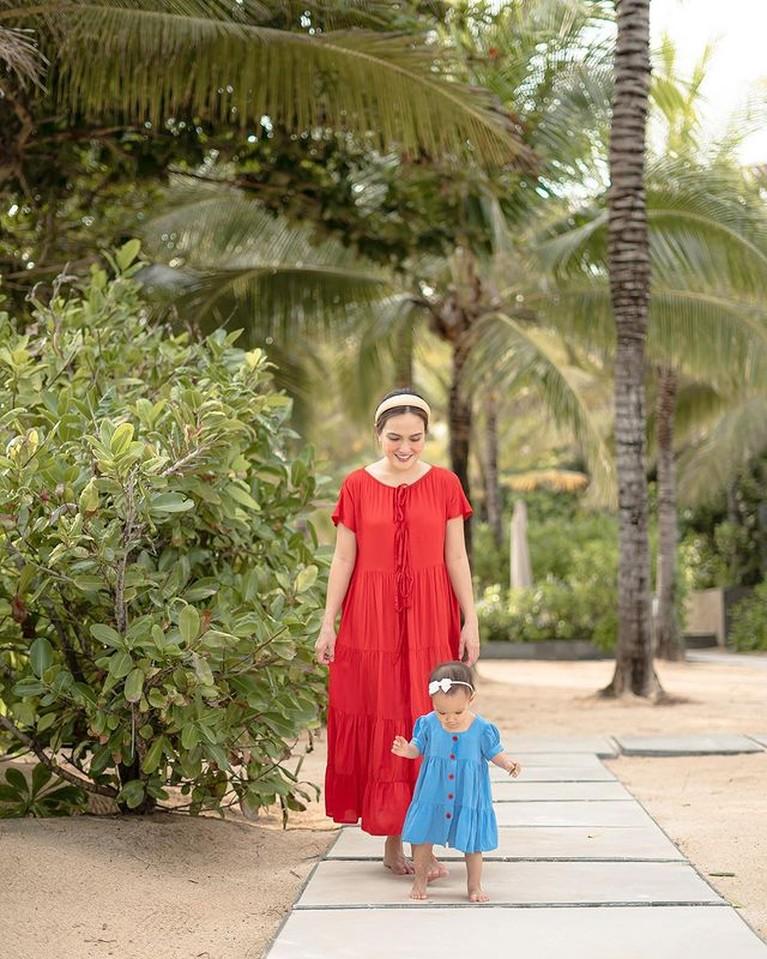 Shandy Aulia dan Baby Claire Pakai Outfit Kembaran, Lucu Banget!