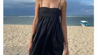 <p>Soal <em>bodygoals,</em> bintang film Adriana ini tak perlu lagi diragukan. Tubuhnya tampak sehat dan langsing. Apalagi ia gemar mengunggah potret dengan memakai busana modis di pantai. (Foto: Instagram @sophia_latjuba88)</p>