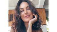 <p>Lewat Instagram, Sophia Latjuba tak bosan mengunggah foto-foto cantiknya. Ia tak segan menampilkan potretnya dengan outfit rumahan dan tanpa memakai makeup. (Foto: Instagram @sophia_latjuba88)</p>