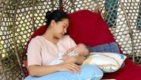 <p>Tata Janeeta begitu senang melihat tumbuh kembang sang putra. Saat ini Erlangga sudah mencapai berat 4,1 kilogram, Bunda. (Foto: Instagram @tatajaneetaofficial)</p>