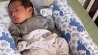<p>Tata Janeeta juga gemar mengabadikan momen ketika sang putra tertidur pulas.Erlangga terlihat semakin menggemaskan, Bunda.(Foto: Instagram @tatajaneetaofficial)</p>