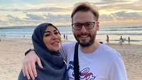 <p>Sang suami yang merupakan bule Turki bernamaTaha Gookhan Arikan. Kedua sering memagikan kebersamaan di Instagram nih, Bun. Salah satunya saat sedang berjalan-jalan ke pantai.(Foto: Instagram @princess_cinta_penelope)</p>