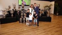 <p>Pesepakbola Lionel Messi mengumumkan hengkang dari Barcelona. Istrinya, Antonella Rocuzzo dan ketiga buah hati mereka hadir menyaksikan sang ayah berbicara di podium. (Foto: Instagram @leomessi)</p>