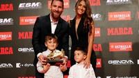 <p>Antonella Rocuzzo dan ketiga buah hatinya juga selalu menemani Lionel Messi di berbagai momen penting. Mereka selalu hadir memberikan dukungan kepada 'La Pulga'. (Foto: Instagram @leomessi)</p>
