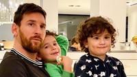 <p>Memiliki tiga orang anak yang semuanya adalah laki-laki semakin mempererat hubungan Lionel Messi dan buah hatinya. Lihat saja ketika anak-anak Messi dengan manja menempel pada ayahnya. (Foto: Instagram @leomessi)</p>