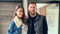 <p>Lionel Messi dan Antonella Rocuzzo telah menikah pada 30 Juni 2017. Antonella memberikan kalimat penyemangat untuk sang suami yang telah berjuang di Barcelona. Ia akan tetap mendampingi Messi meski sudah keluar dari lapangan. (Foto: Instagram @leomessi)</p>