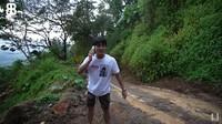 <p>Ada beberapa kejadian selama dalam perjalan menuju rumah di Cianjur. Pertama, mereka harus lalui jalan bekas longsor. (Foto: YouTube: Rizky Billar)</p>