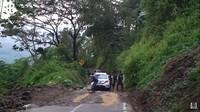 <p>Di sana terlihat beberapa orang tengah membantu pengendara agar dapat melewati jalan tersebut dengan aman. (Foto: YouTube: Rizky Billar)</p>