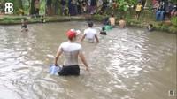 <p>Rizky bahkan ikut turun dan masuk ke balong atau kolam untuk bergabung bersama warga sekitar, Bunda. (Foto: YouTube: Rizky Billar)</p>